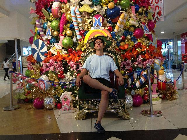 クリスマスのゴージャスな飾り付けと浮かれる観光客