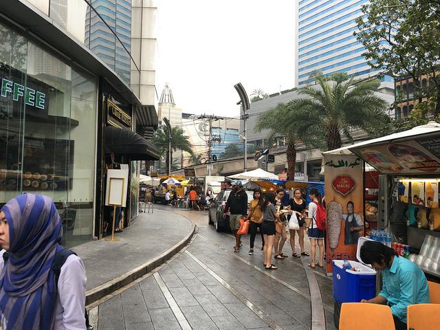 きれいめ屋台の並ぶショッピング街