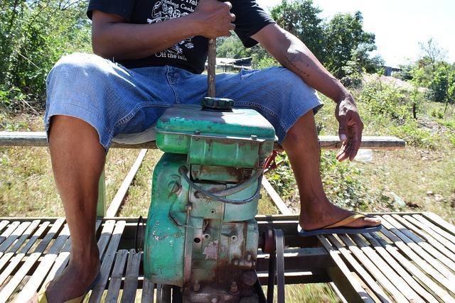 エンジンとブレーキ(木の棒)を取り付ける