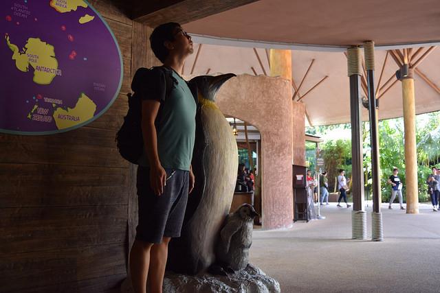 ペンギン像と記念撮影