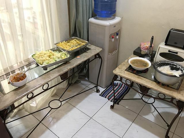 英語学校のごはん。ビュッフェ形式で毎日ごはん、スープ、おかず2〜3品が並ぶ。朝はパンとフルーツ。