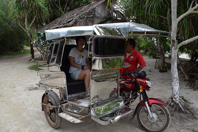 オランゴ島のトライシクル。セブ島のはもっとボロボロで、中に4人、バイクに3人乗る7人乗り(ドライバー含む)。