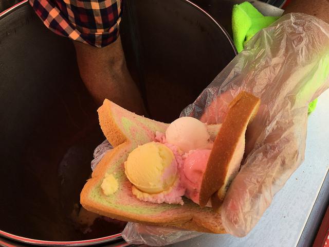 黄色いアイスはコーンポタージュ味! コンポタにパンを浸して食べたような味で妙にハマる。