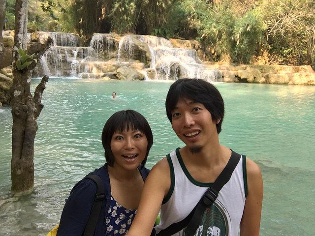 ラオスにあるクアンシーの滝。午前中は気温が上がりきっておらず、泳ぐ人から悲鳴が聞こえてきた。