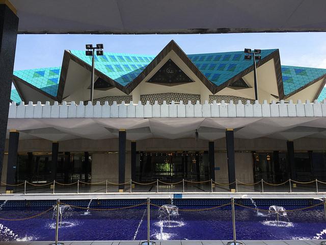礼拝ホールの特徴的な屋根