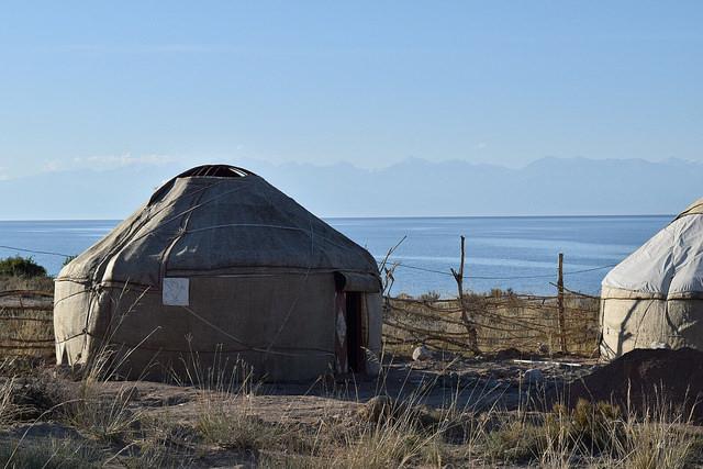 湖畔のユルタキャンプ