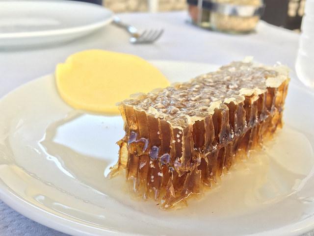 サフランボルでパンと共に出てきたハチの巣
