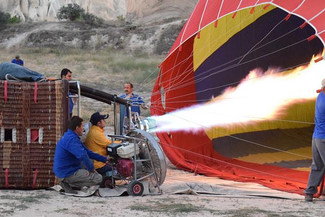 気球の立ち上げ。近くで見ると炎の大きさに驚く。
