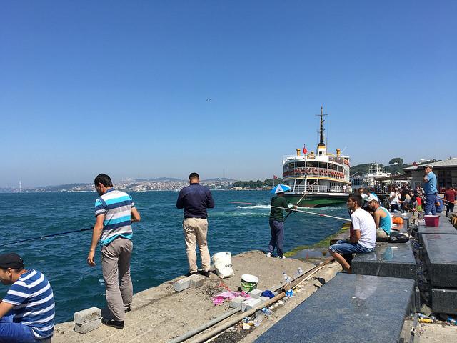 のんびり釣りを楽しむイスタンブールの人たち