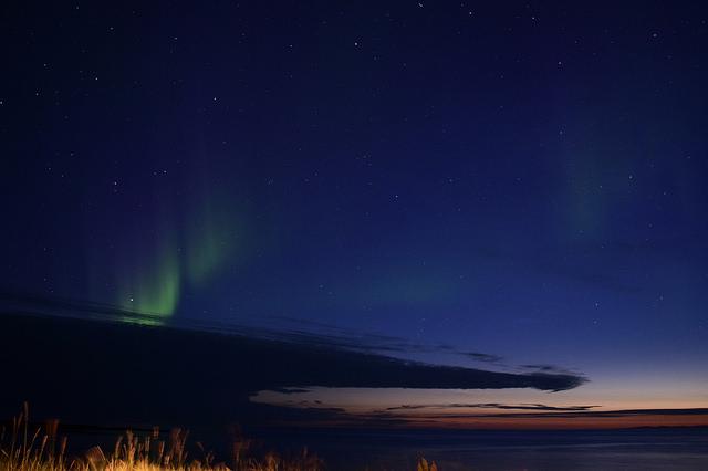 ここでもオーロラが見れました。そして、0時過ぎだけど向こうの空が明るい。