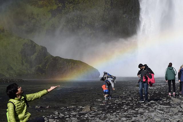スコウガフォスは滝壺にずっと虹がかかっていた