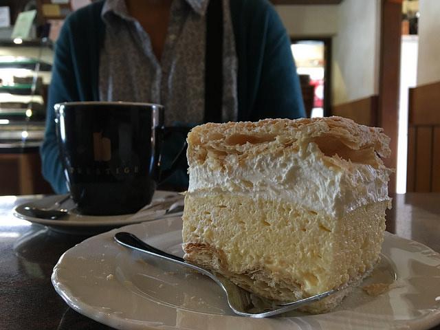 「KREMNA REZINA」英語ではクリームスライスとか、クリームケーキとか。四角いシュークリームを食べている感じ。