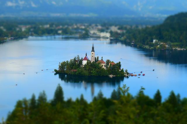 ブレッド湖に浮かぶ聖マリア教会をミニチュア風に