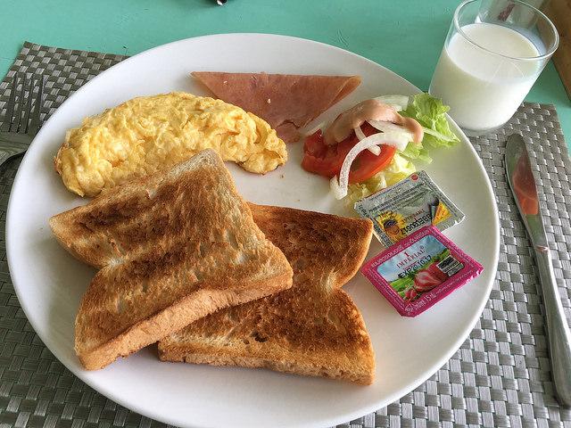 アオナンの宿の朝食。卵料理やドリンクが選択式ですてき。