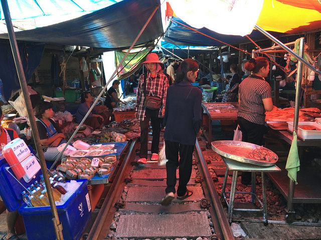 屋根は低め。商品は魚介類が多い。