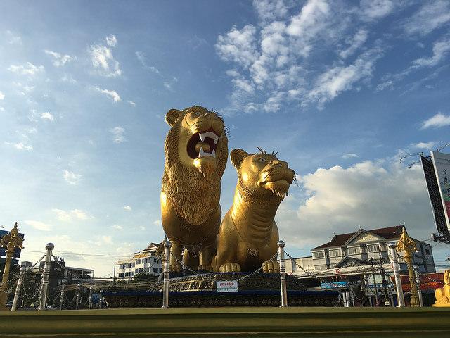シアヌークビルのシンボルであるライオン像