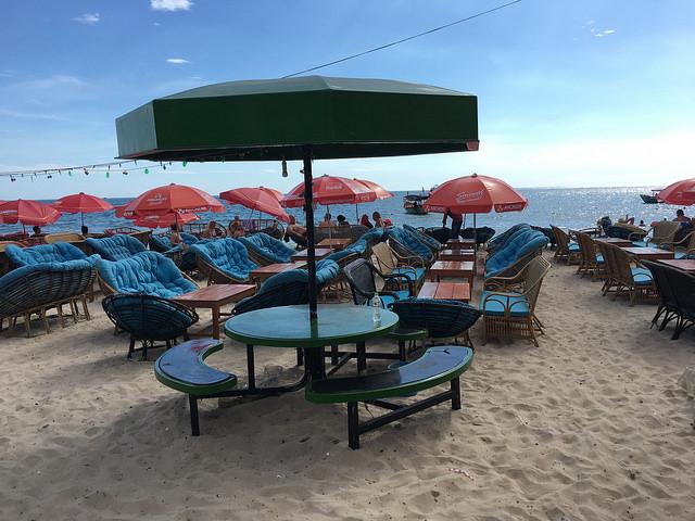 セレンディピティビーチは快適ソファ席の店が多い