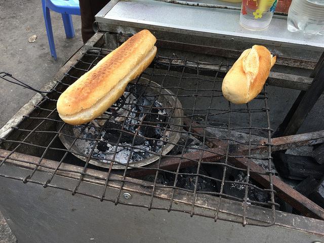 フランスパンは炭火で温めてくれる